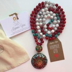 Collana Mala con Om pendente Tibetano, Agata, Corallo Rosso, Howlite